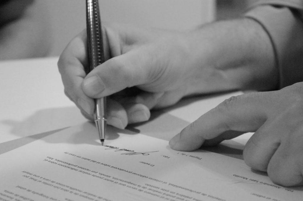 Alfredo Cernuda firmando el contrato